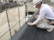 横浜市西区O様邸屋根棟板金塗装前ケレン作業