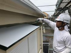 住宅塗装 シリコン 上塗り1回目 霧除け庇塗装 防カビ 防藻 防汚