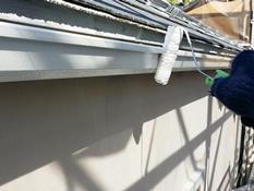 横浜市磯子区K様邸雨樋塗り替え上塗り1回目施工中