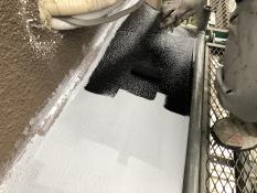 霧除け庇塗装 シリコン上塗り1回目