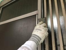 横浜市栄区N様邸玄関枠塗装前ケレン作業