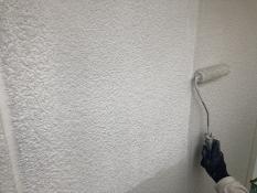 横浜市栄区N様邸外壁塗り替え上塗り1回目施工中