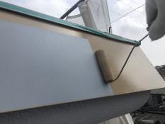 横浜市栄区N様邸パラペット塗替え上塗り1回目施工中