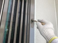 横浜市栄区N様邸玄関枠塗装上塗り1回目施工中