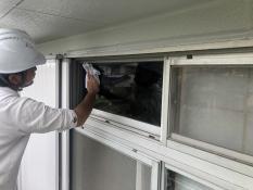 横浜市栄区N様邸外壁塗装後窓ガラス水拭き作業