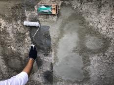横浜市栄区N様邸塀塗装インディフレッシュセラ下塗り施工中