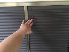 横浜市戸塚区H様邸雨戸塗装前ケレン作業