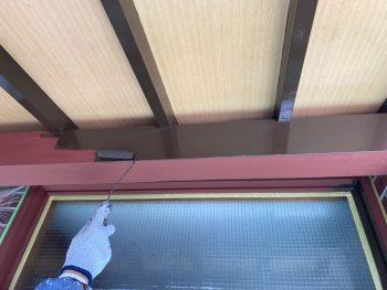 横浜市栄区Y様邸玄関庇梁上塗り1回目