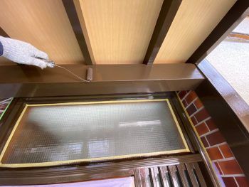 横浜市栄区Y様邸玄関庇梁上塗り2回目