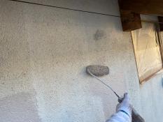 横浜市栄区S様邸外壁2階部分インディフレッシュセラ上塗り1回目