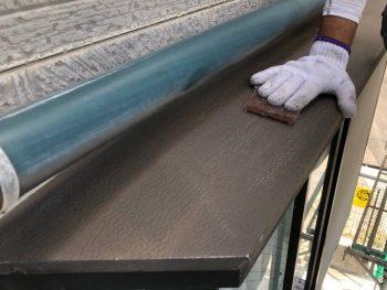 横浜市南区Y様邸出窓天端塗装前ケレン作業