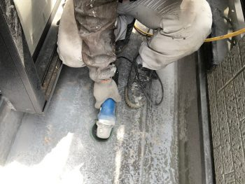 横浜市南区Y様邸FRP防水保護塗装前ケレン作業