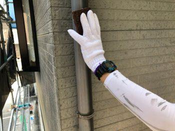 横浜市南区Y様邸雨樋塗装前ケレン作業