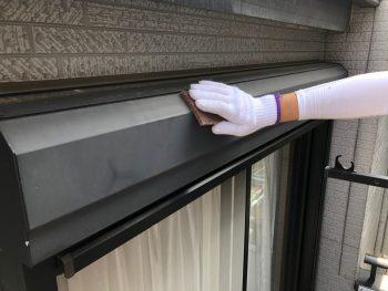 横浜市南区Y様邸シャッターボックス塗装前ケレン作業
