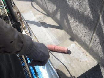 横浜市南区M様邸庇天端塗り替え下塗り1回目施工中