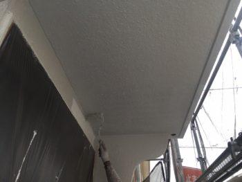 横浜市南区M様邸軒天塗替え上塗り1回目施工中