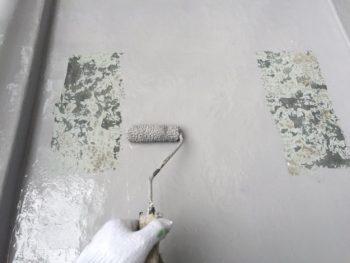 横浜市南区M様邸ベランダFRP防水保護塗装上塗り1回目施工中