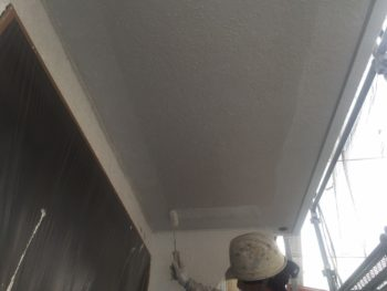 横浜市南区M様邸軒天塗替え下塗り施工中