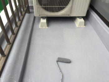 横浜市南区M様邸ベランダFRP防水保護塗装上塗り2回目施工中