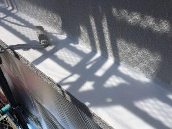 横浜市南区M様邸庇天端塗り替え上塗り1回目施工中