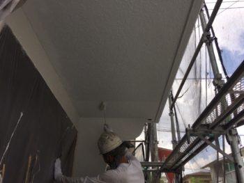 横浜市南区M様邸軒天塗替え上塗り2回目施工中