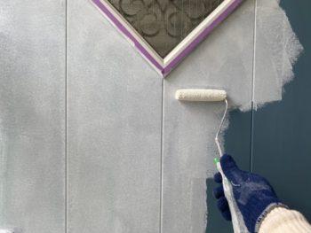 横浜市港南区T様邸玄関扉塗替え下塗り施工中