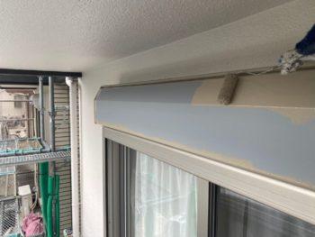 横浜市港南区T様邸シャッターボックス塗替え上塗り1回目施工中