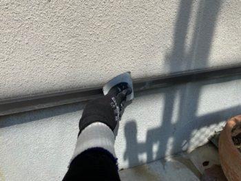 横浜市港南区T様邸水切り塗装施工前ケレン作業