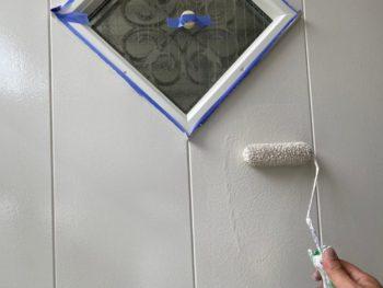 横浜市港南区T様邸玄関扉塗替え上塗り2回目施工中