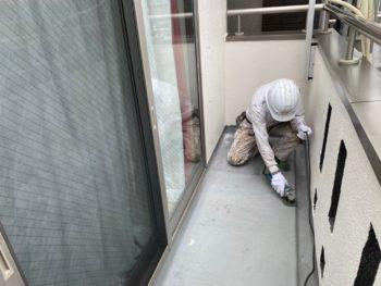 横浜市港南区T様邸ベランダ防水前ケレン作業