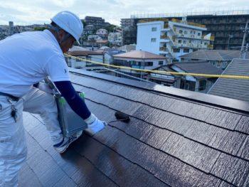 横浜市港南区T様邸屋根塗り替え施工中