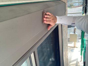 横浜市磯子区Y様邸シャッターボックス塗り替え前ケレン作業