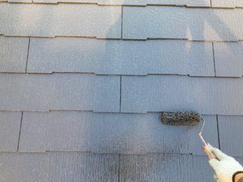 横浜市港南区N様邸屋根塗装上塗り2回目施工中