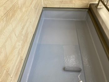 横浜市港南区N様邸ベランダFRP防水保護塗装上塗り2回目施工中