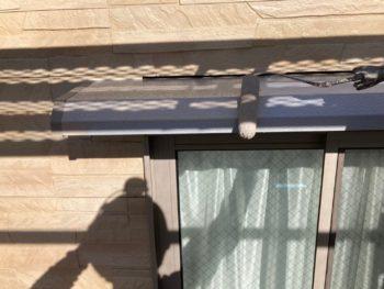 横浜市港南区N様邸霧除け庇塗装上塗り1回目施工中
