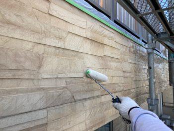 横浜市港南区N様邸外壁塗装上塗り1回目施工中