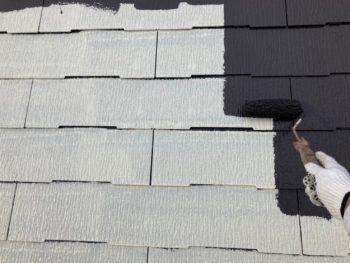 横浜市港南区N様邸屋根塗装上塗り1回目施工中