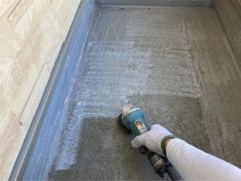 横浜市港南区N様邸ベランダFRP防水保護塗装施工前ケレン作業