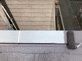 横浜市港南区N様邸屋根棟板金塗装上塗り1回目施工中