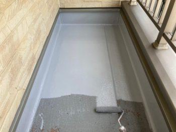 横浜市港南区N様邸ベランダFRP防水保護塗装上塗り1回目施工中