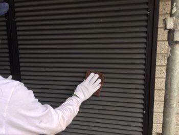 横浜市金沢区S様邸雨戸塗装前ケレン作業画像