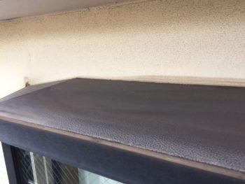 横浜市金沢区S様邸出窓天端塗り替え作業中画像