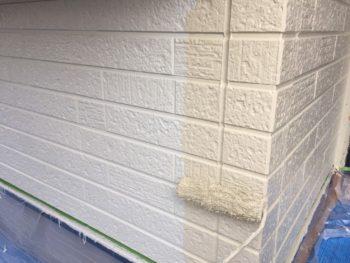 横浜市金沢区S様邸1階部分外壁塗装上塗り1回目施工中