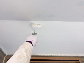 横浜市金沢区S様邸軒天塗装上塗り2回目施工中画像