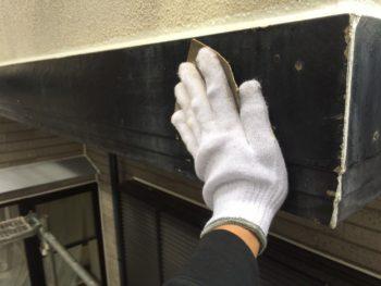 横浜市金沢区S様邸幕板塗装施工前ケレン作業画像