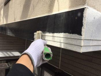 横浜市金沢区S様邸幕板塗装下塗り施工中画像