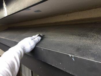横浜市金沢区S様邸シャッターボックス塗替え前ケレン作業