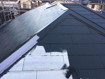横浜市金沢区S様邸屋根塗装上塗り1回目施工中