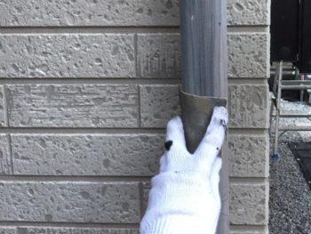 横浜市金沢区S様邸雨樋塗装前ケレン作業画像