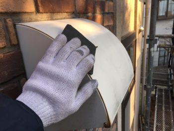 横浜市神奈川区H様邸換気フード塗替え作業中画像